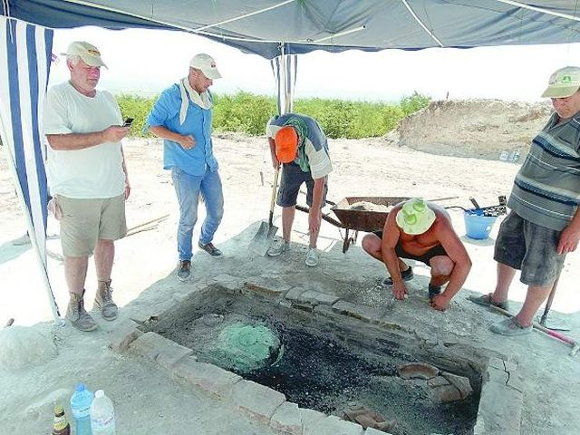 The 1st century AD tomb of a cremated Ancient Thracian princess has been discovered inside the Great Mound (tumulus) in Tatarevo in Southern Bulgaria. Lead archaeologist Kostadin Kisyov is the first on the left. Photo: Monitor daily