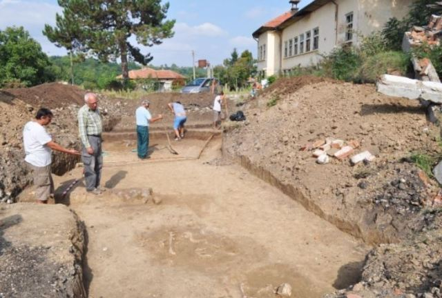 The site of the archaeological excavations in the former school yard in the town of Kamenovo in Northeast Bulgaria, with the skeletons from the newly found Chalcolithic necropolis visible on the ground. Photo: Radka Mincheva, Darik Razgrad