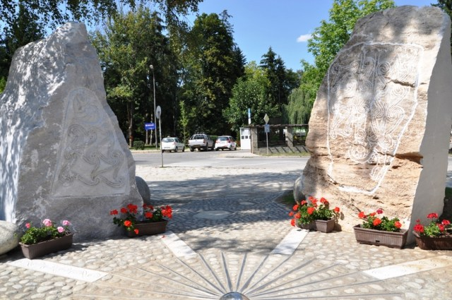 Photos of the newly unveiled ensemble of replicas of Ancient Thracian stone steles from the Stolovatets Shrine dedicated to the sun. The ensemble is recreated in the downtown of Bulgaria's Razlog. Photos. Razlog Municipality