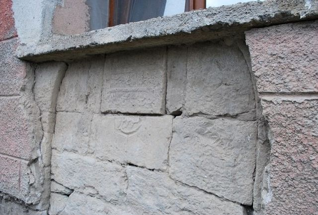 This Ottoman Turkish inscription which appears to be from 1785 has been found inside the wall of a house in Bulgaria's Zimovina believed to have been an Islamic religious school. Photo: Zaman