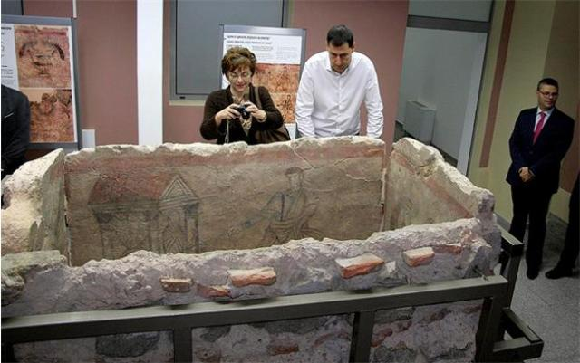Plovdiv Mayor Ivan Totev is seen looking at the newly presented 4th century AD Christian tomb at the Plovdiv Museum. Photo: 24 Chasa daily