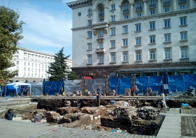 A view of the excavation site in front of the Sofia Hotel Balkan, with the buildings of the Sofia Largo in the background. Photo: Vesti