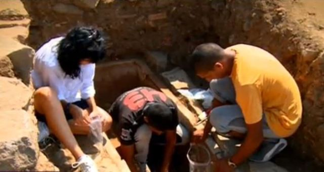 Exploration of the funeral found inside the ceramic sarcophagus in the necropolis of Ancient Greek city Apollonia Pontica (today's Bulgarian town of Sozopol). Photo: TV grab from BNT
