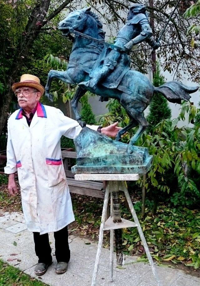 Polish sculptor Prof. Marian Konieczny from Krakow posing with his work - the future monument of Polish and Hungarian King Vladislav (Wladyslaw) Varnenchik to be erected in Bulgaria's Varna. Photo: Ministry of Culture