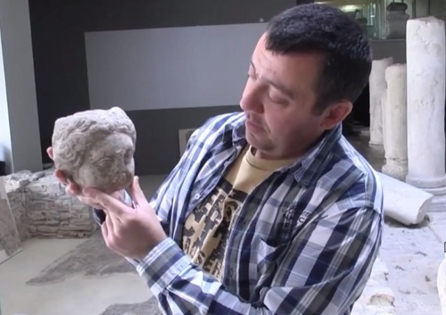 Archaeologist Atanas Atanasov from the Stara Zagora Regional Museum of History shows the newly found 2nd-3rd century AD Roman female statue head. Photo: TV grab from InfoZ