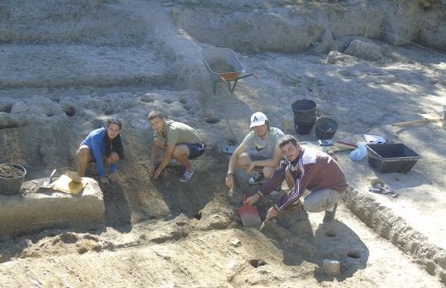 """Students from Veliko Tarnovo University """"St. Cyril and St. Methodius"""" are seen working during the 2015 excavations of the prehistoric settlement mound near Bulgaria's Hotnitsa. Photo: Yantra Dnes daily"""