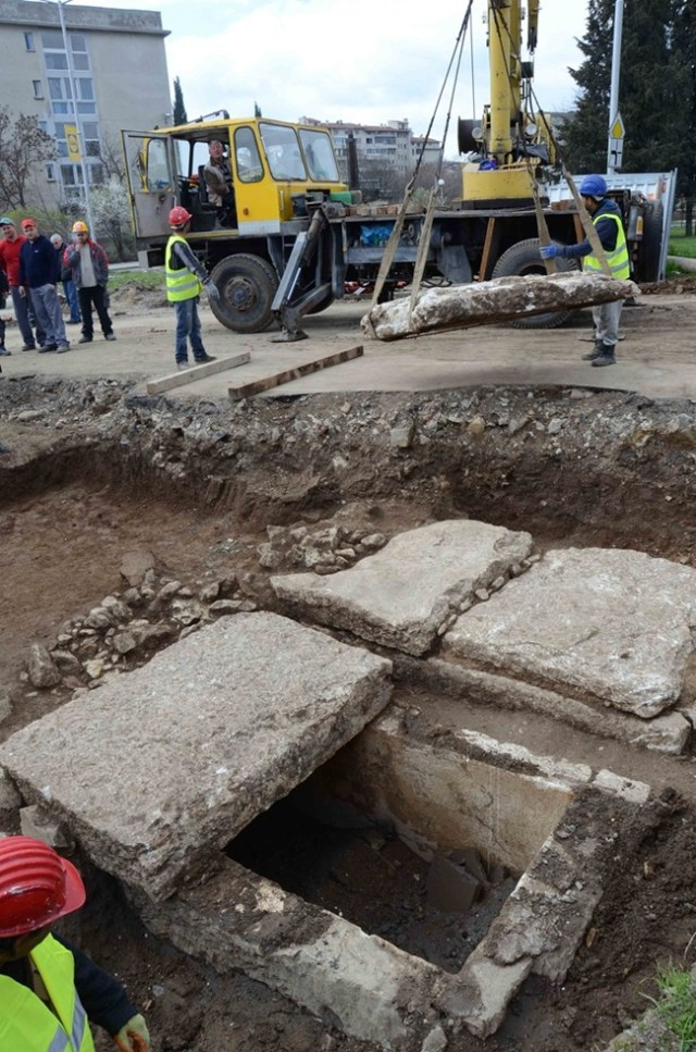 The two newly discovered sarcophagi in Bulgaria's Stara Zagora have been opened by crane, removing the stone slabs covering them. Photo: 24 Chasa daily
