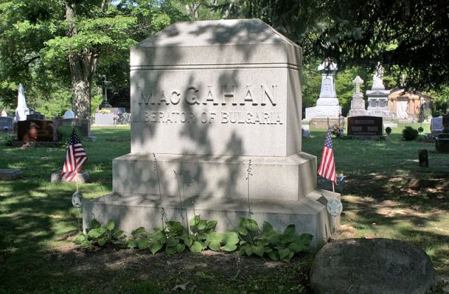 The grave of American journalist Januarius MacGahan in his home town of New Lexington, Ohio, identifying him as the Liberator of Bulgaria because of his reports that covered the Ottoman atrocities against the Bulgarians during the April Uprising of 1876. Photo: Postdif, Wikipedia