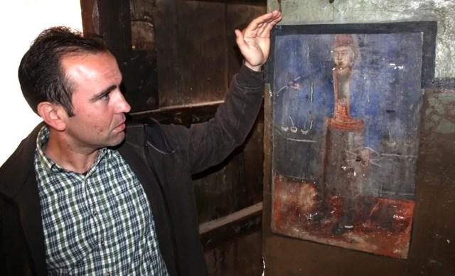 Ledenik Mayor Anton Krastev showing the newly found self-portrait of Zahari Zograf. Photo: Borba daily
