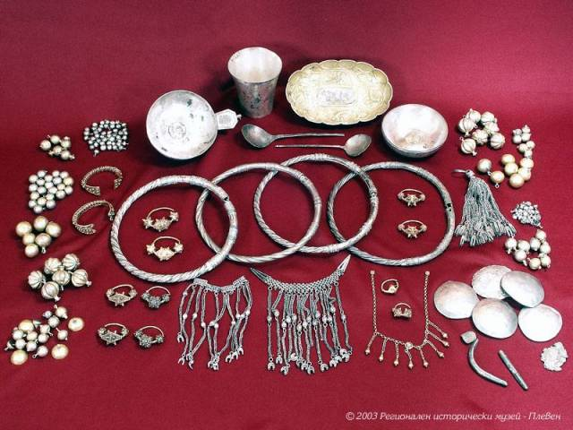 The Nikopol Treasure dates back to the High Middle Ages and the height of the Second Bulgarian Empire. It was found near the Danube town of Nikopol in 1971. Photo: Pleven Regional Museum of History
