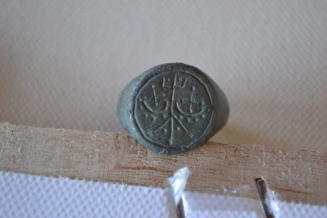 This ring with the monogram of the Shishman Dynasty found in one of the graves proves that the woman buried in it was a medieval Bulgarian princess. Photos: National Museum of History