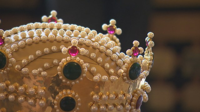 The design of the crown replica is based on images in surviving frescoes and miniatures. Photos: bTV