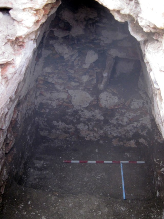 The Roman Era Getae-Dacian tomb discovered near Velikovo in Northeast Bulgaria had been exposed and looted by treasure hunters before the archaeologists made their way to it. Photo: General Toshevo Municipality