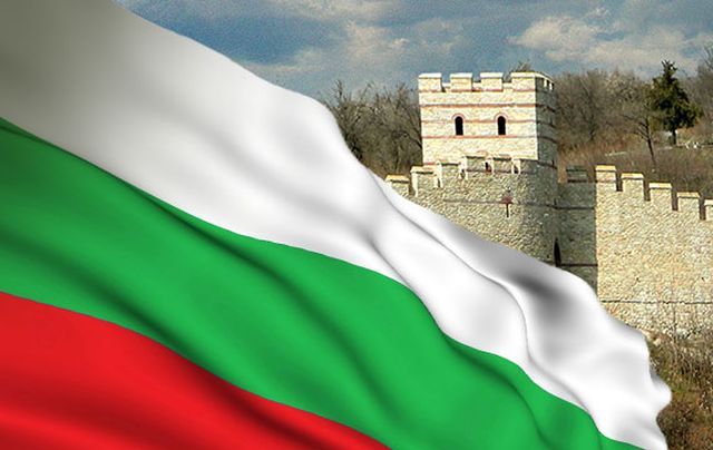 A collage showing the Bulgarian flag, with the only partly restored section of the Trapesitsa Hill Fortress in the background. Photo: Veliko Tarnovo Regional Museum of History