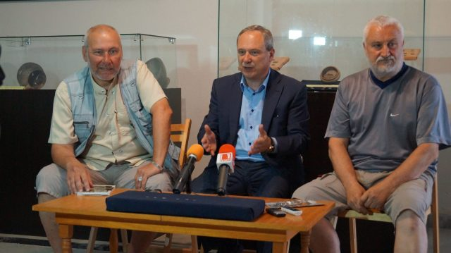 (Left-right) Archaeologist Nikolay Ovcharov, Targovishte Mayor Darin Dimitrov, and archaeologist Angel Konakliev during their news conference. Photo: Targovishte Municipality