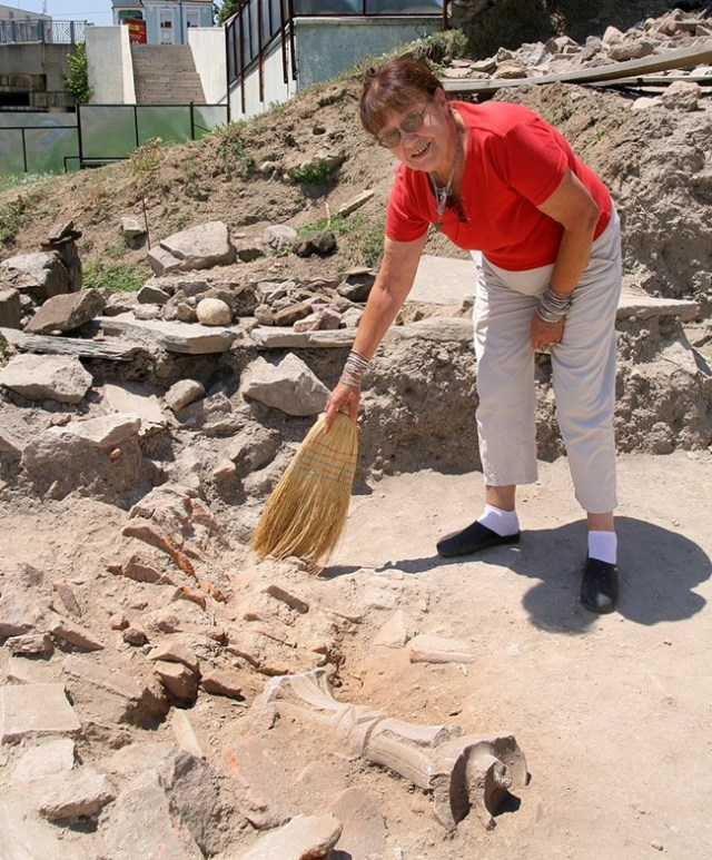 Lead archaeologist Zheni Tankova is seen dusting off a Ionic capital discovered on the site of the 5th century Great Basilica in Plovdiv. Photos; 24 Chasa daily