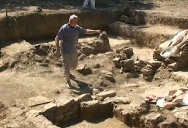 Archaeologist Angel Konakliev showing the ruins of the ancient building. Photo: TV grab from BNT