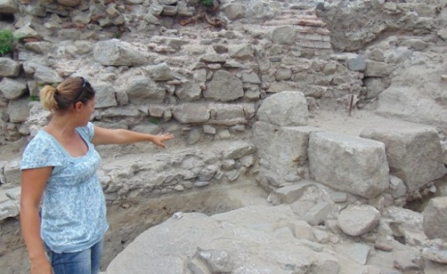 Lead archaeologist Sofiya Hristova showing the site of the ongoing excavations on the northern slope of the Nebet Tepe Hill in Bulgaria's Plovdiv. Photo: BGNES