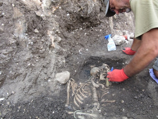 Archaeologist Georgi Ganetsovski, Director of the Vratsa Museum, during the excavations of the necropolis from the time of the Second Bulgarian Empire. Photo: Monitor daily