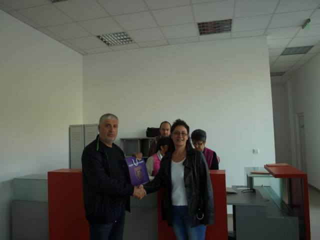 Veliko Tarnovo Museum Director Ivan Tsarov (left) presents gifts to the first visitor of the newly restored Trapesitsa Fortress, Mrs. Silviya Petkucheva. Photo: Veliko Tarnovo Regional Museum of History Facebook Page