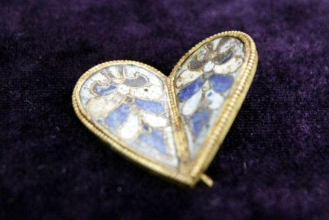 This newly discovered over 1,000-year-old golden heart jewel with glass enamel is believed to have belonged to a 10th century Bulgarian Tsaritsa (Empress). Photo: Shum