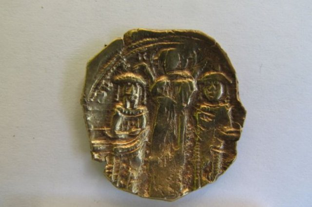 The front and back side of the newly found Byzantine gold coin. Photos: National Museum of History