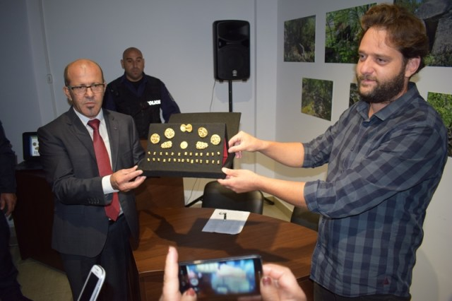 Archaeologist Daniel Pantov (right) and Primorsko Mayor Dimitar Germanov (left) are seen posing with the gold treasure. Photo: Primorsko Municipality