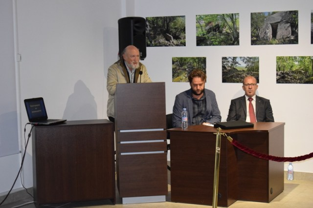 (L-R) The discoverers of the treasure, archaeologists Petar Balabanov and Daniel Pantov, and Primorsko Mayor Dimitar Germanov. Photo: Primorsko Municipality
