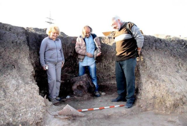The 4th century BC Ancient Thracian clay altar discovered in Bulgaria's Maritsa East Mines in the fall of 2015, with archaeologists (L-R) Milena Tonkova, Plamen Karailiev, and Boris Borisov discussing its extraction and transportation to the Maritsa East Museum. Photo: Maritsa East Mines Jsc