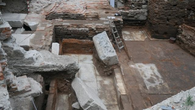 The area where the Roman bath house has been found is densely populated and has barely been explored by the archaeologists. Photos: Plovdiv24