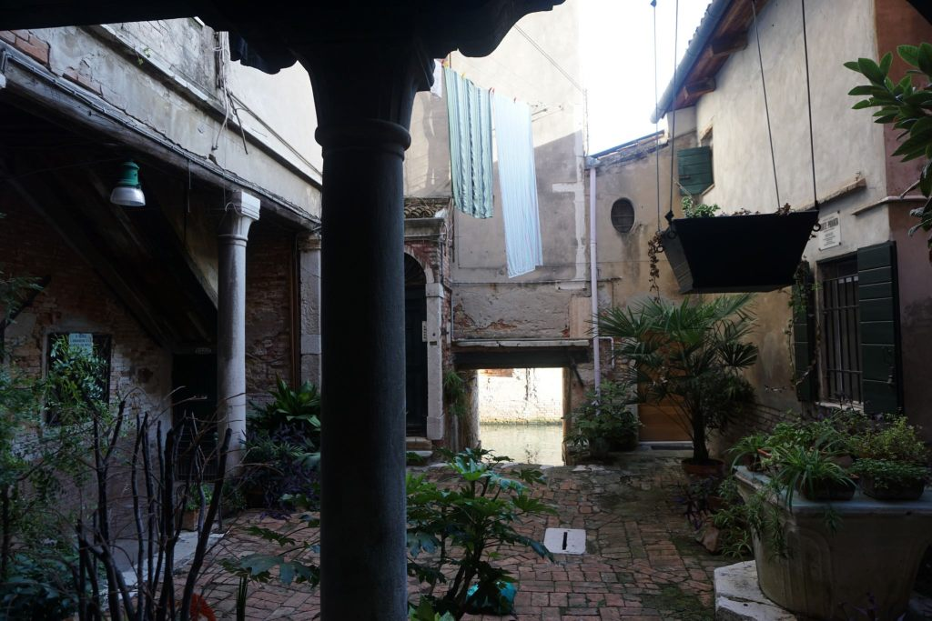 A looking to a Venice Canal from the yard of an house(photo by archberg)