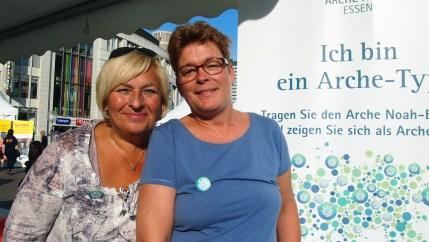 """Barbara (li.) und Ute, Wattenscheid """"Wir sind Arche-Typen, weil für uns nur die Herzen der Menschen zählen."""" Foto: Sonja Strahl"""