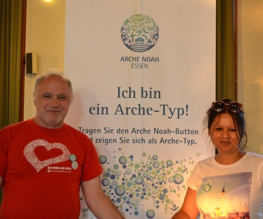 """Monika Sophie Kwiek (Künstlerin) & Michael Wolff: """"Wir sind Arche-Typen, weil Kinder die Zukunft in ihren Händen halten und das Arche Noah Projekt breitet seine Hände aus für die Verständigung und das Miteinanderreden."""""""