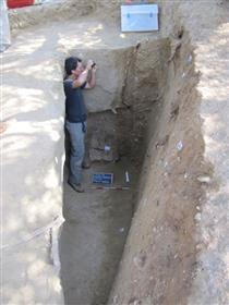 4---operatore-al-lavoro-presso-l'ingresso-di-una-tomba