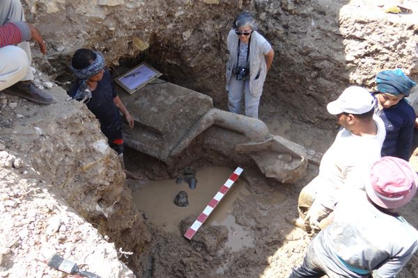 Statues de Sekhmet et du pharaon Amenhotep III trouvées à l'Aménophium