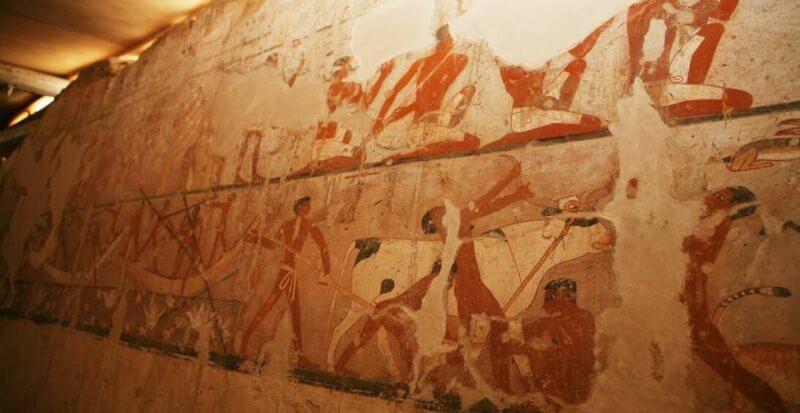 Tombe peinte d'une prêtresse de l'Ancien Empire découverte à Guizeh
