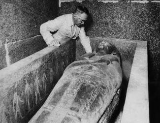 egyptologue-pierre-montet-inspecte-sarcophage-pharaon-psousennes-tanis