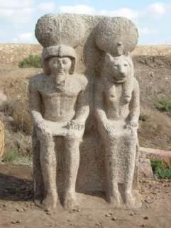statue Ramsès II et Ouadjet à Bouto