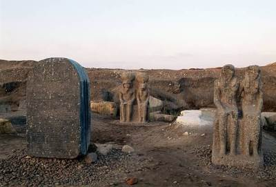Stèle et statues du site archéologique de Bouto