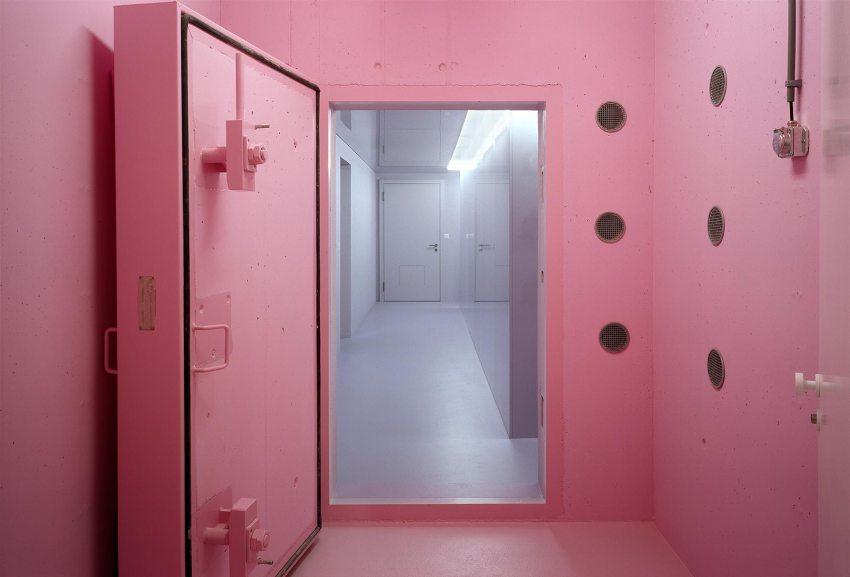Pink interior room - Community building 'La Tuffière' in Corpataux-Magnedens / 2b architectes