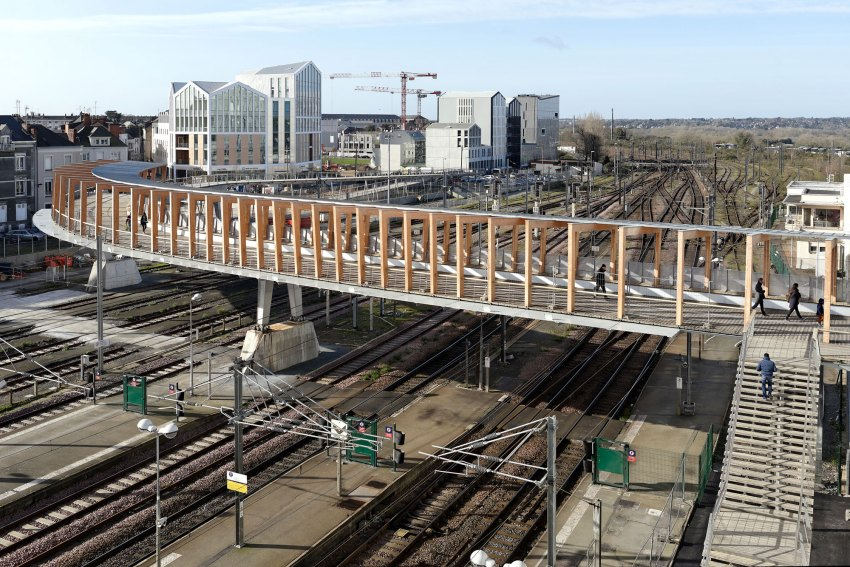 Overview Aerial Bridge View - Footbridge at Angers Saint-Laud TGV Train Station / Dietmar Feichtinger Architectes (DFA)