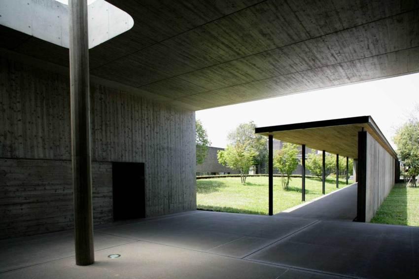 Approach - Kaze-no-Oka Crematorium  / Fumihiko Maki