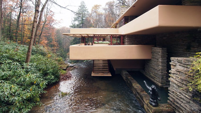 Stairs and Water relation in the Front View Fallingwater House by Frank Lloyd Wright / Edgar J. Kaufmann House