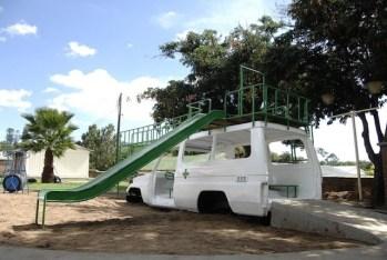 design-transformation-dune-carrosserie-dambulance-en-aire-de-jeux-pour-enfants-a-lhopital-au-malawi-2