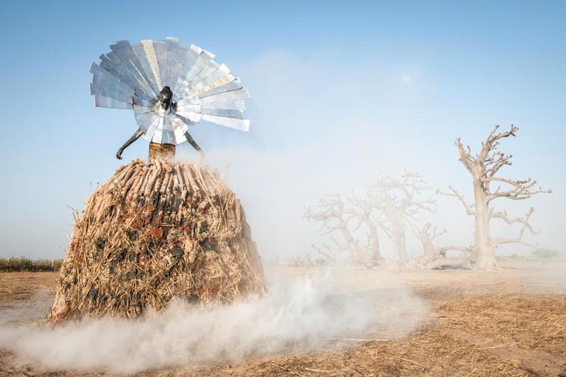 senegal-fabrice monteiro-montre -la-pollution-avec-des- vetements-a- ordures (4)