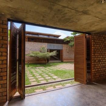 du-japon-a-louganda-des-briques-de-terre-pour-la-residence-universitaire-ashinaga-uganda-par-terrain-architects12
