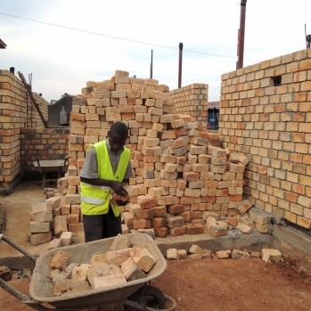 du-japon-a-louganda-des-briques-de-terre-pour-la-residence-universitaire-ashinaga-uganda-par-terrain-architects16
