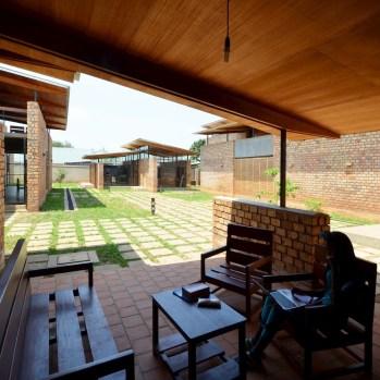 du-japon-a-louganda-des-briques-de-terre-pour-la-residence-universitaire-ashinaga-uganda-par-terrain-architects23