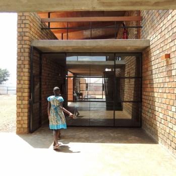 du-japon-a-louganda-des-briques-de-terre-pour-la-residence-universitaire-ashinaga-uganda-par-terrain-architects28