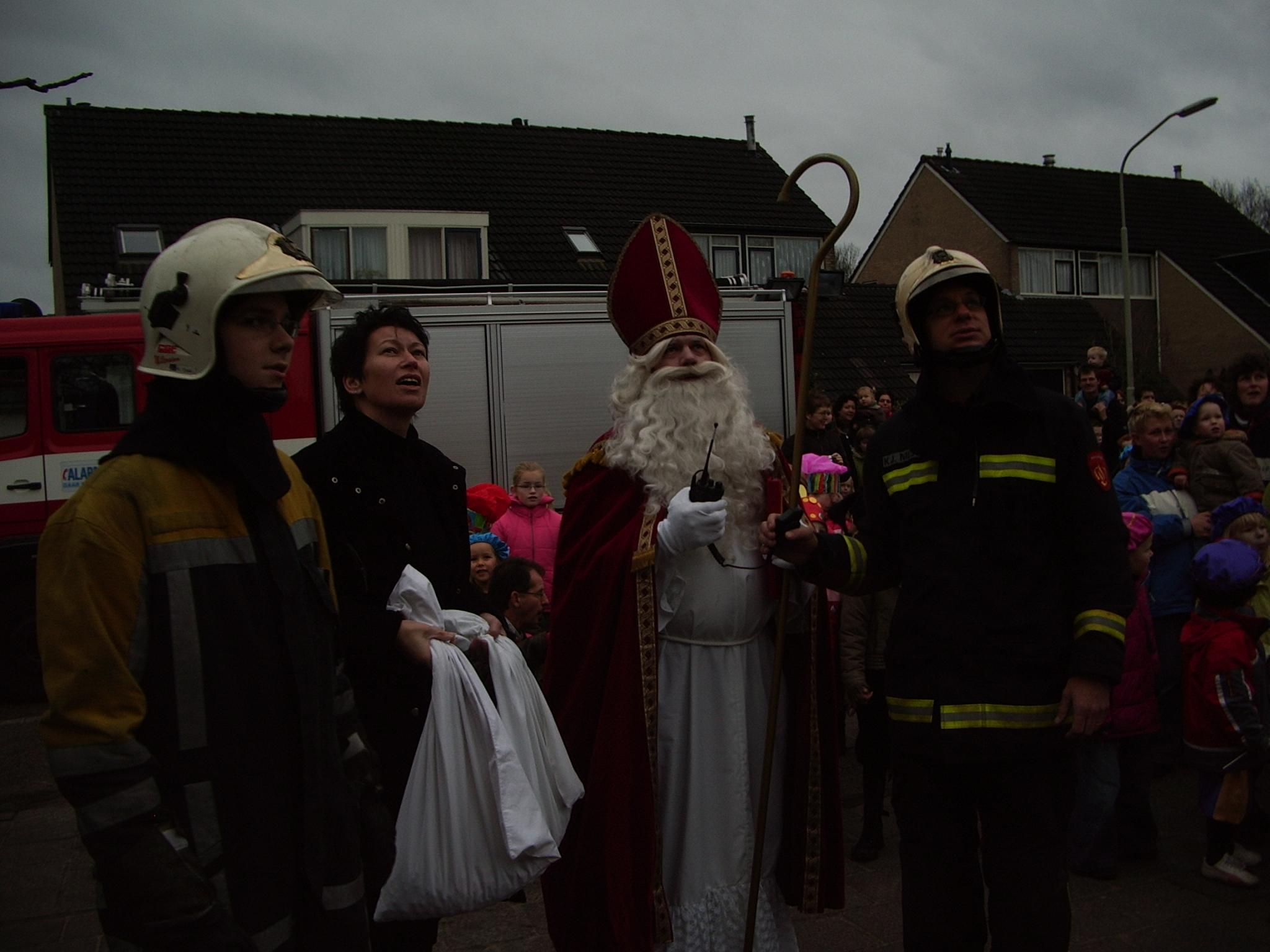 2006-12-05 binnenhalen sinterklaas school Onstwedde